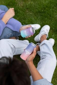 Kobieta i mężczyzna trzymający makietę sody w puszkach