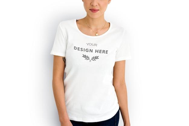 Kobieta jest ubranym mockup projektuje astronautycznego białego trójnika