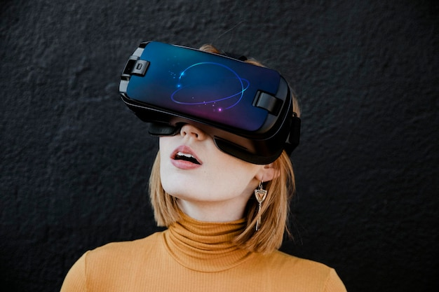 Kobieta korzystająca z wirtualnej rzeczywistości