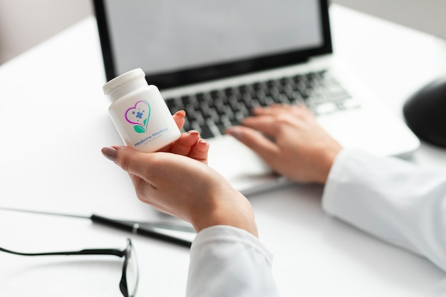 Kobieta lekarz trzymając butelkę leku makiety