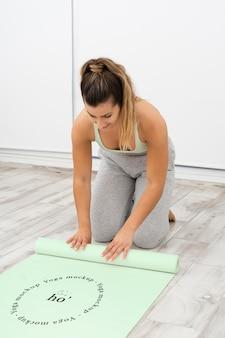 Kobieta lekkoatletycznego robi joga w domu
