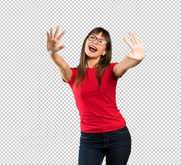 Kobieta liczy dziesięć z palcami z szkłami
