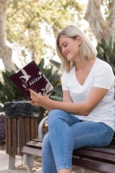 Kobieta na ulicy czytania książki