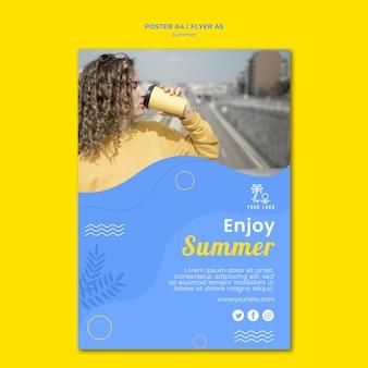 Kobieta pije kawę plakat szablon