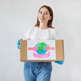 Kobieta pomaga w darowiznach