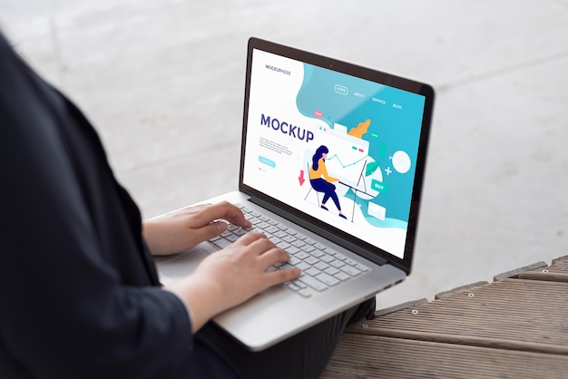 Kobieta pracuje na laptopie makiety