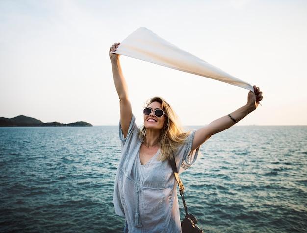 Kobieta przed flagą gospodarstwa morza