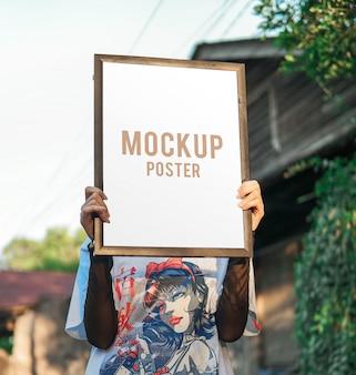 Kobieta przedstawia makieta plakatu