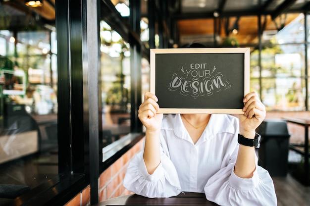 Kobieta ręka trzyma makieta tablicy psd