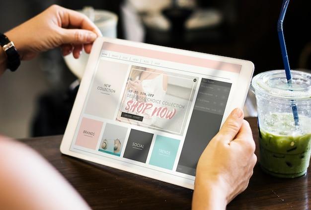 Kobieta robi zakupy online przy kawiarnią