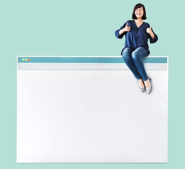 Kobieta siedzi na szczycie przeglądarki internetowej