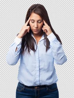 Kobieta skoncentrowana na białym tle