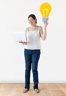 Kobieta trzyma ikonę żarówki