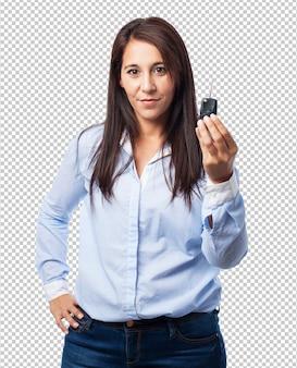 Kobieta trzyma kluczyk