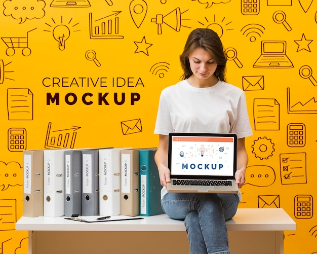 Kobieta trzyma laptopa