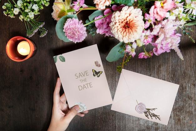 Kobieta trzyma makieta karty zapisz datę przy bukiecie kwiatów