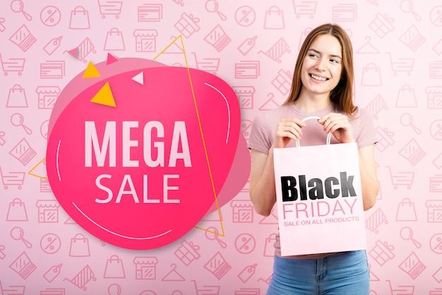 Kobieta trzyma papierową torbę na czarny piątek