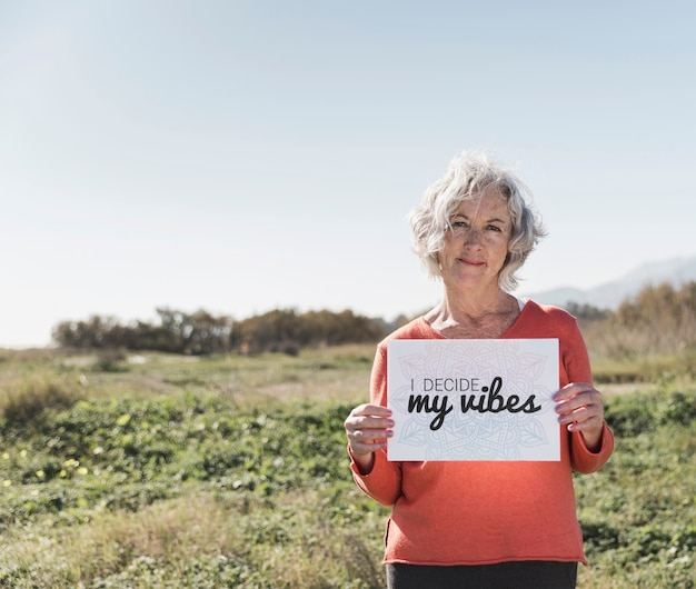 """Kobieta trzyma znak """"decyduję o moich wibracjach"""""""