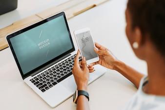 Kobieta używa laptop i smartphone