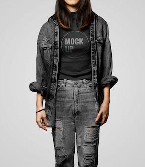 Kobieta ubrana w czarny t-shirt i dżinsową kurtkę