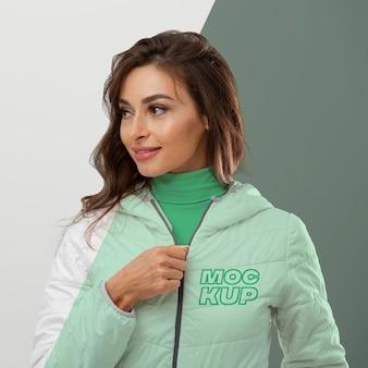 Kobieta ubrana w kurtkę średni strzał