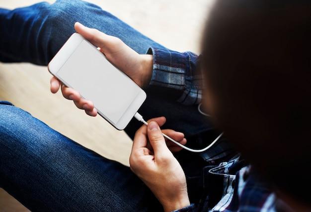 Kobieta używa ładować smartphone kopii przestrzeń i