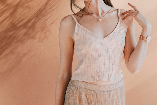 Kobieta w jasnoróżowej makiecie na ramiączkach