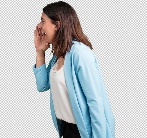 Kobieta w średnim wieku krzyczy zła, wyraz szaleństwa i niestabilności umysłowej, otwarte usta i na wpół otwarte oczy, szaleństwo