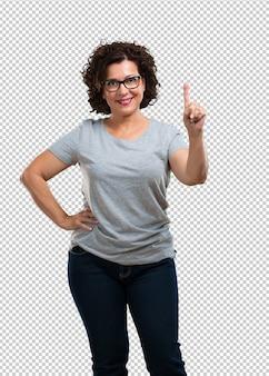 Kobieta w średnim wieku pokazano numer jeden