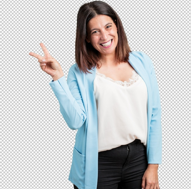 Kobieta w średnim wieku zabawna i szczęśliwa, pozytywna i naturalna, robi gest zwycięstwa, koncepcja pokoju