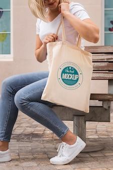 Kobieta z koncepcją makiety torby