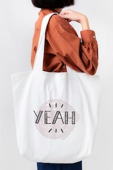 Kobieta z makietą torby na zakupy