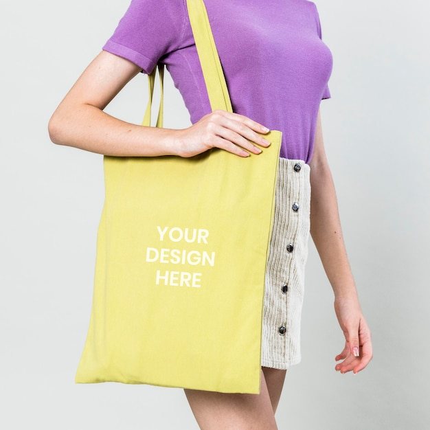 Kobieta z makieta z kwiecistą torbą
