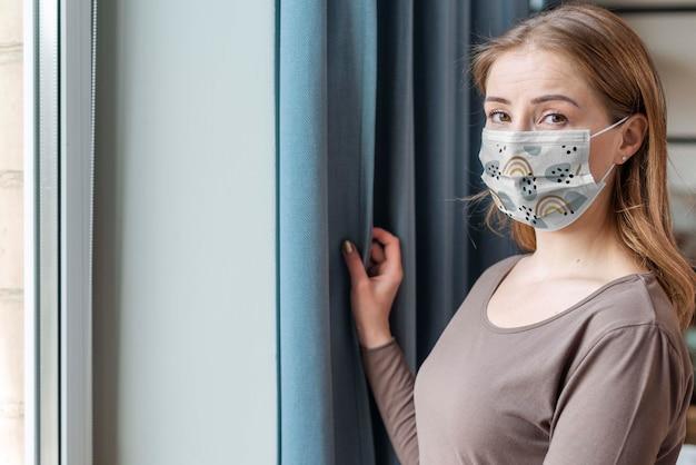 Kobieta z makiety koncepcji maski medyczne
