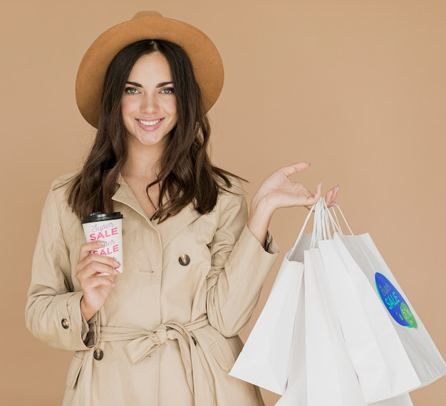 Kobieta z najazdów na zakupy w kampanii promocyjnej
