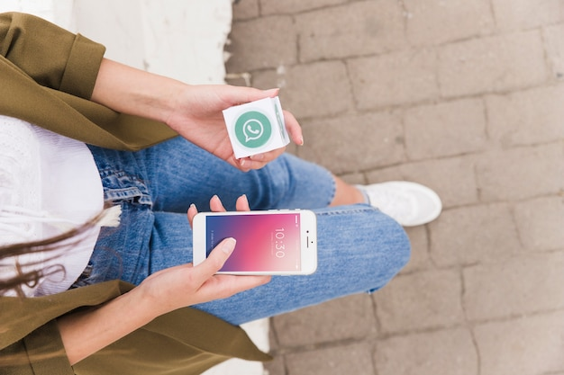 Kobieta z smartphone i kostki whatsapp