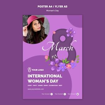 Kobieta z szablonem ulotki dzień kobiet kapelusz