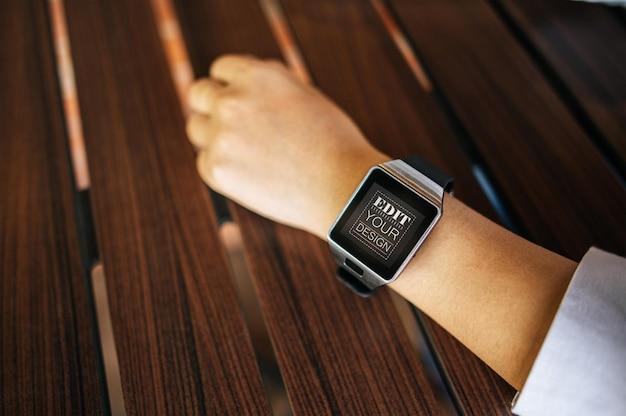Kobieta za pomocą makiety psd inteligentnego zegarka