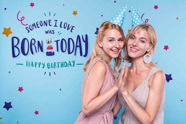 Kobiety na przyjęciu urodzinowym z makietą