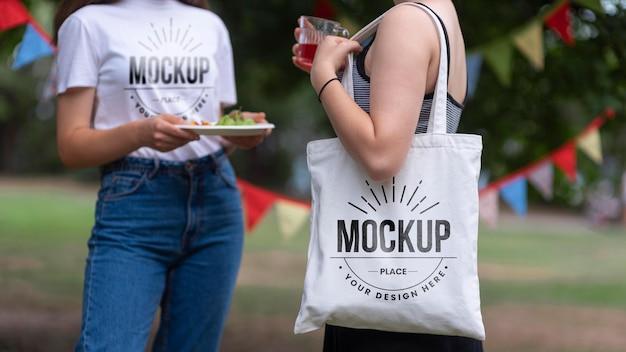 Kobiety rozmawiają i stoją na pikniku