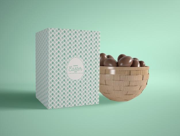 Kokarda pod dużym kątem z wielkanocnymi małymi czekoladowymi jajkami