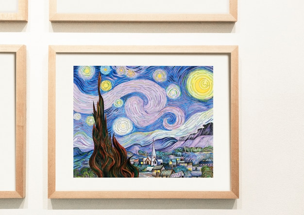 Kolekcja kolorowych dzieł sztuki na ścianie