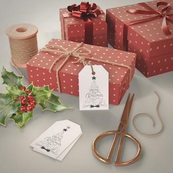 Kolekcja prezentów na makiecie stołu