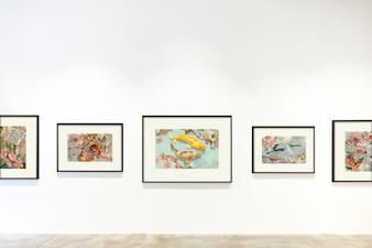 Kolekcja sztuk na ścianie