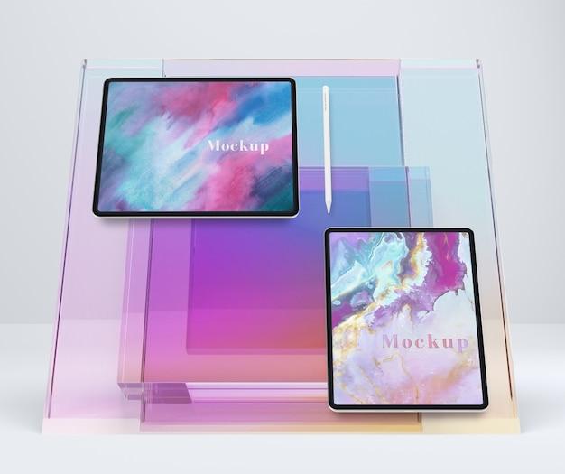 Kolekcja urządzeń typu tablet na podstawce szklanej