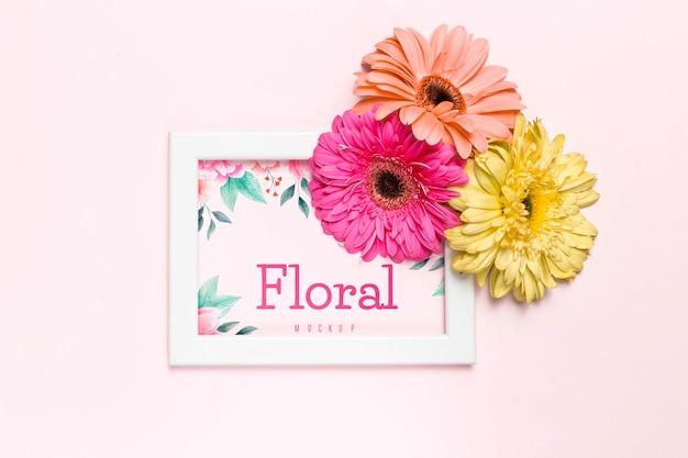 Kolorowe kwiaty na białej ramie