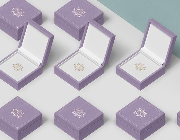Kolumny i rzędy pudeł prezentowych na biżuterię