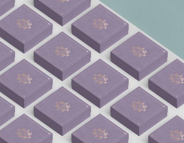 Kolumny i rzędy zamkniętych pudełek na biżuterię