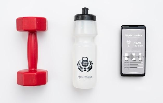 Komórka z butelką z wodą obok