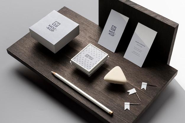 Kompozycja makiety papeterii na drewnie